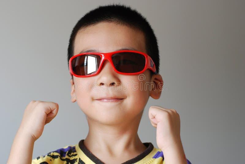 износ солнечных очков мальчика стоковые фото
