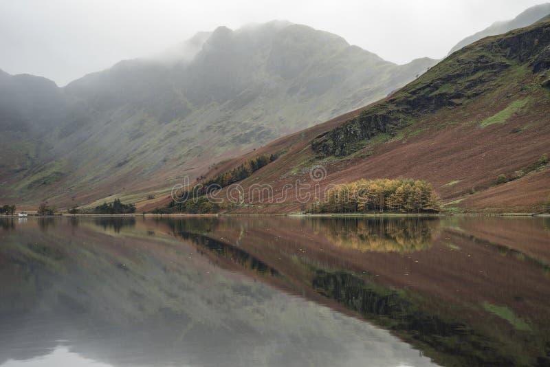 Изображение ландшафта падения осени Stuning озера Buttermere в озере d стоковая фотография