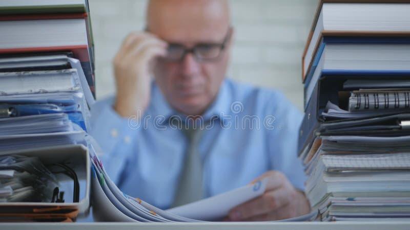 Изображение бизнесмена в учитывая деятельности архива с документами стоковое фото rf