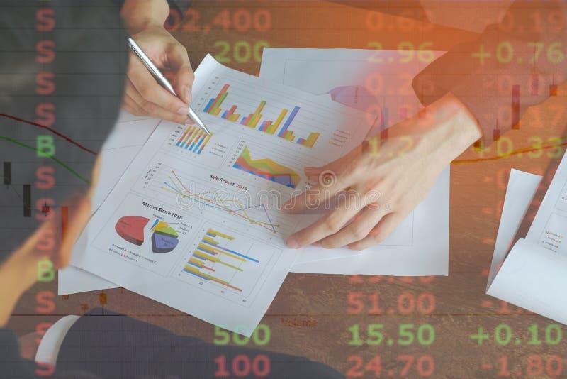 Изображение бизнесмена 2 обсуждает бумагу отчете о диаграммы продажи на таблице стоковые фото