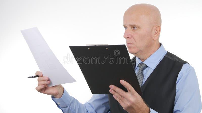 Изображение бизнесмена проверяет финансовые документы и контракты стоковые изображения