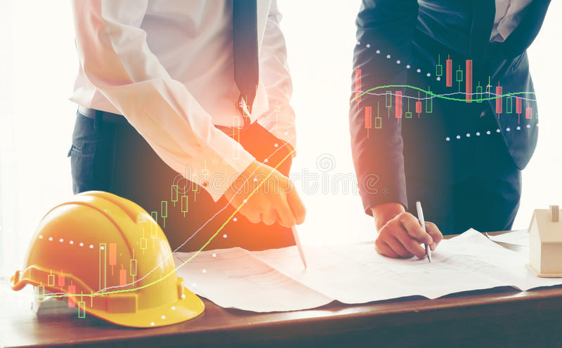 Изображение 2 бизнесмен или инженер обсуждает бумагу отчете о диаграммы продажи на таблице стоковые изображения rf