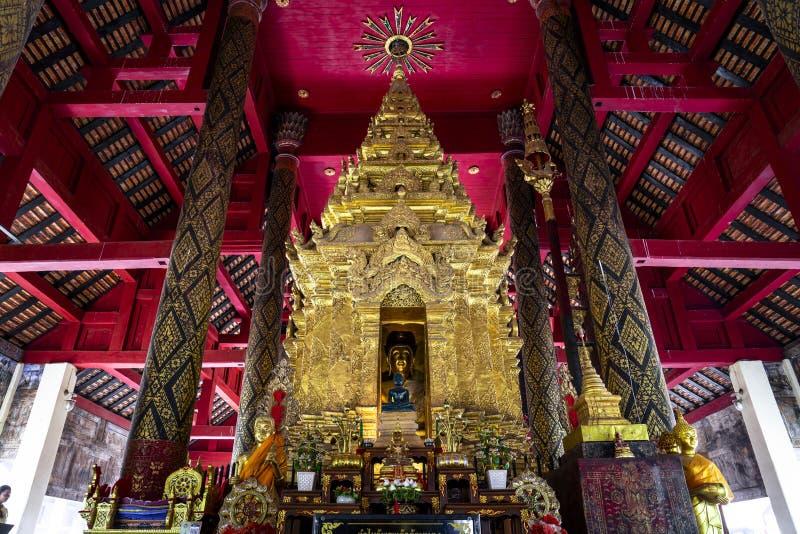 Изображение Будды в золотой пагоде на главной зале Wat Prathat Lampang Luang, старого буддийского виска в Lampang, Таиланде стоковая фотография rf