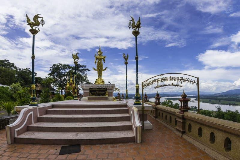 Изображение Будды на ngao pha dhat Wat Phra с рекой золотым t Khong стоковое изображение rf