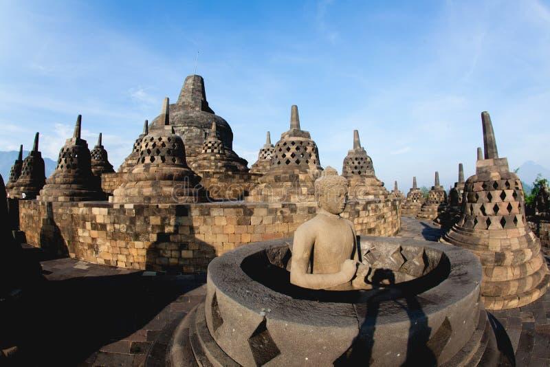Изображение Будды на верхней части Borobudur в Yogyakarta, Индонезии стоковое фото rf