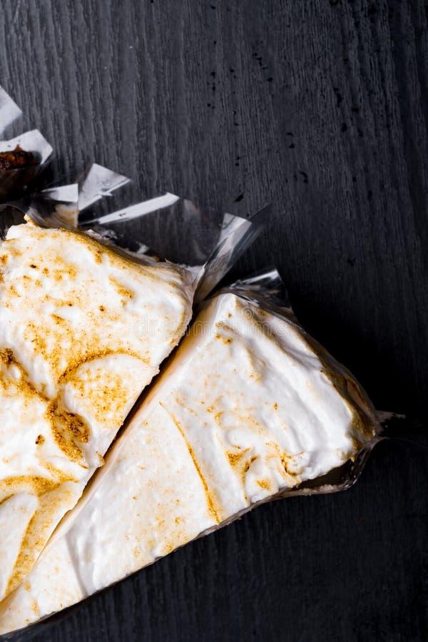 Изображение взгляда сверху на 2 частях отрезка кокоса изолированного пирогом на деревянной предпосылке, текстуре пекарни, картине стоковая фотография rf
