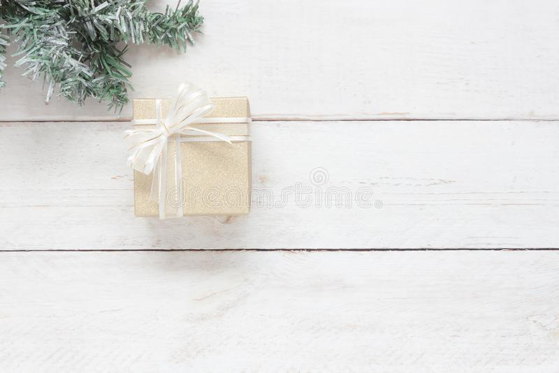Изображение взгляда столешницы воздушное красивой подарочной коробки с елью Объекты на современное деревенское белое деревянном стоковые изображения