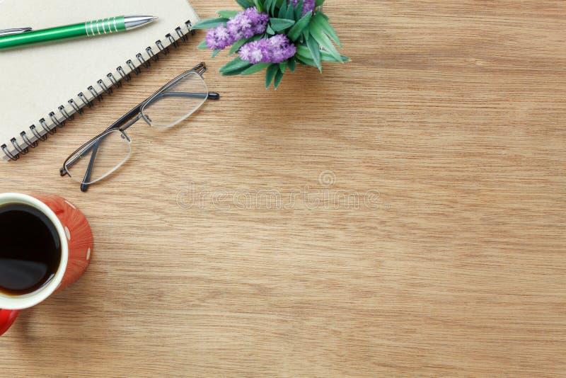 Изображение взгляда столешницы воздушное неподвижное на предпосылке стола офиса стоковое изображение