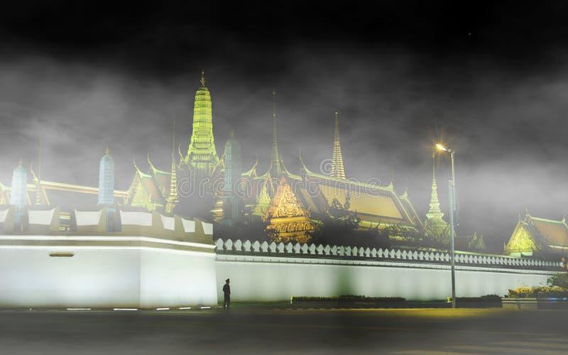 Изображение взгляда ночи перед грандиозным виском Будды дворца или изумруда стоковое фото