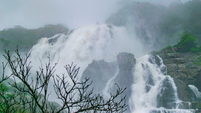Изображение водопада Dudhsagar и сценарной трассы поезда в идти дождь сезон, перемещение к goa поездом, индийским поездом стоковые фотографии rf
