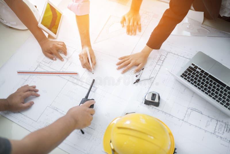 Изображение встречи инженера для архитектурноакустического проекта работа с партнером и проектировать инструменты на годе сбора в стоковая фотография