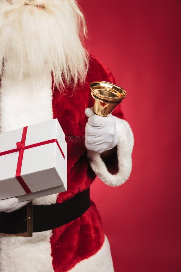 Изображение выреза Санта Клауса держа присутствующее и звеня колокол стоковое фото rf