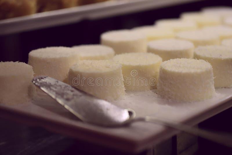 Изображение десерта Студень белый с порошком кокоса, много стоковое фото