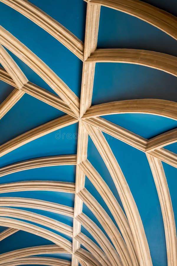Изображение детали конспекта луча сводчатого потолка изогнутое архитектурноакустическое стоковое изображение