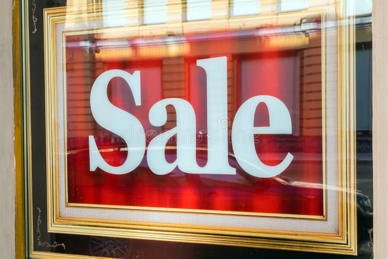 Изображение дисплея окна магазина с продажей текста на красном плакате Sto стоковые фото