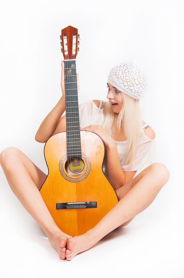 Изображение девушки с гитарой стоковое изображение rf