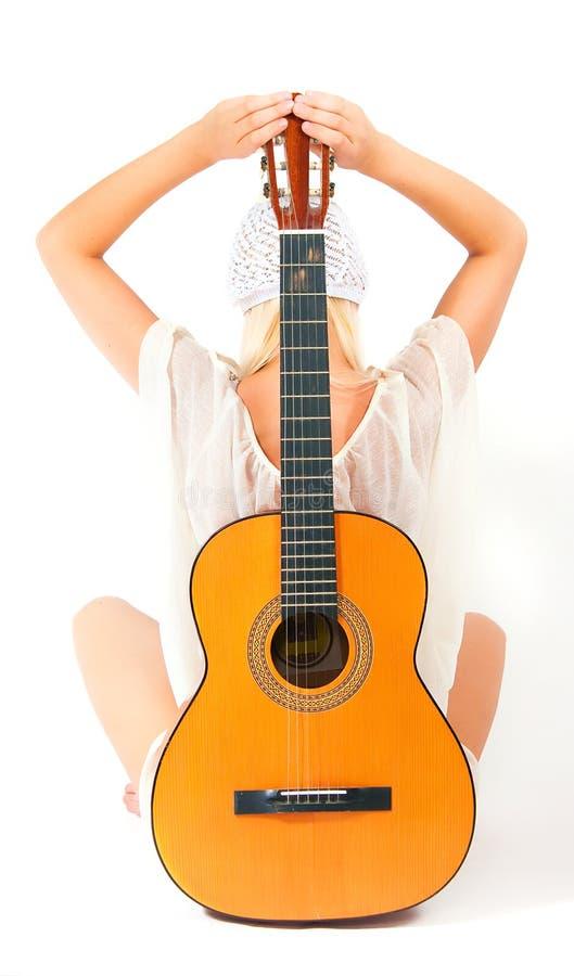 Изображение девушки с гитарой стоковые изображения