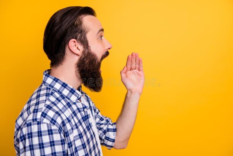 изображение его симпатичного бородатого парня в футболке с надписью инфо смс громко стоковое фото rf