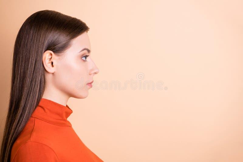 изображение ее с видом на профиль, она выглядит привлекательно-привлекательно-привлекательно-очень опытно-опытно-опытный прямой стоковые фото