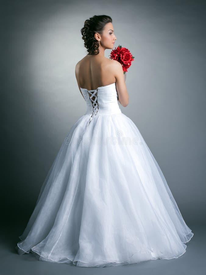 Изображение детенышей уменьшает модельный представлять в платье свадьбы стоковые изображения rf
