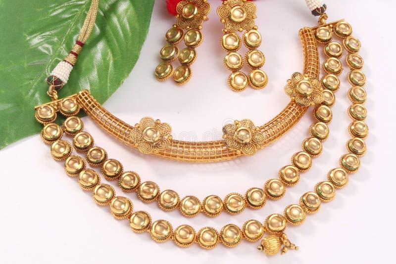 Изображение женских ювелирных изделий с камнями Для девушек и женщин соответствуя серьгам и ожерелью стоковое изображение