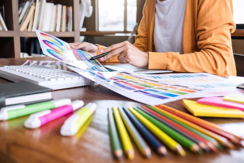 Изображение женского творческого график-дизайнера работая на выборе цвета и рисуя на планшете графиков на рабочем месте с инструм стоковые изображения rf