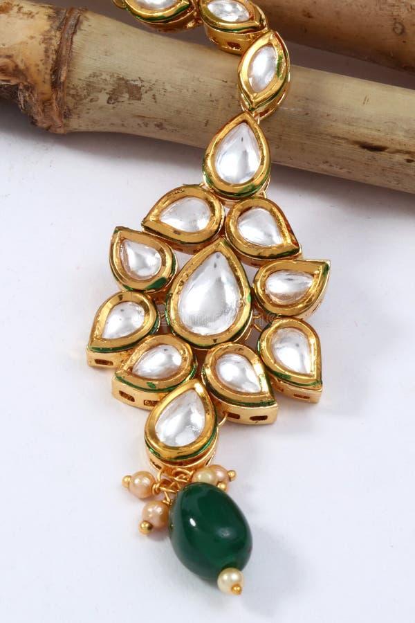Изображение женской цепи ювелирных изделий с камнями, для mangtika девушки нося стоковая фотография rf