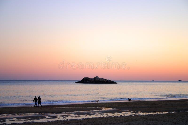Изображение запаса захода солнца пляжа петь стоковая фотография