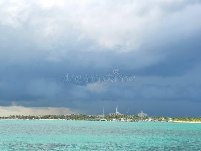 Изображение запаса причаливая шторма в carribean стоковые фотографии rf
