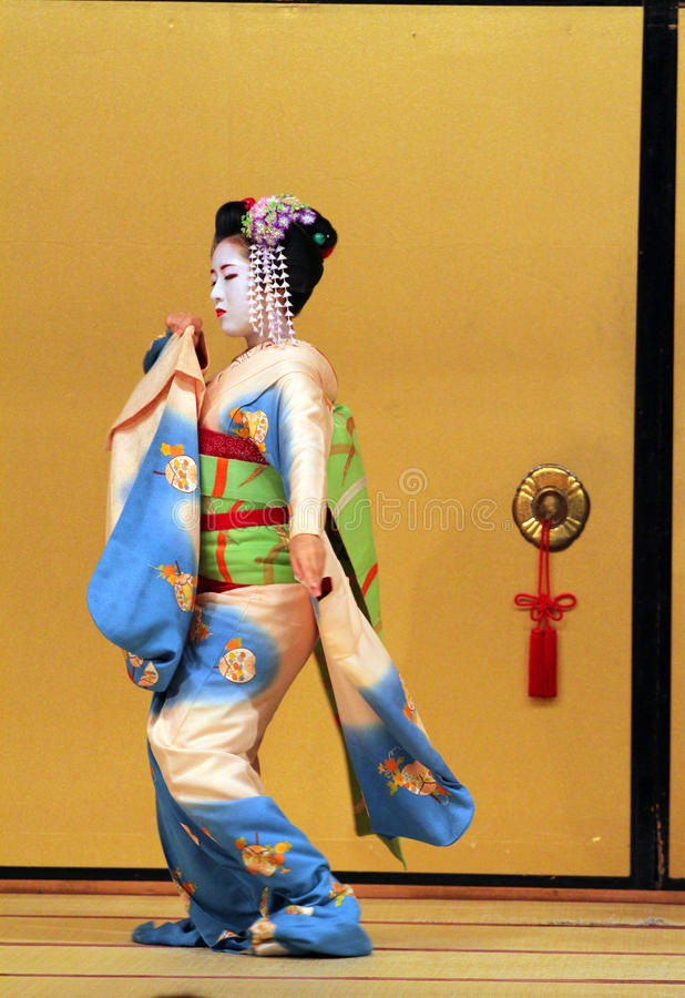 Изображение запаса Maiko выполняя танец kyo-mai стоковое изображение rf