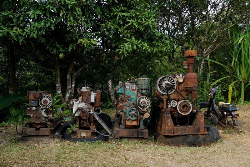 Изображение зерна: Закройте вверх старой фабрики машины сделанной из стали и использованной в прошлой сломанной и деревенской маш стоковое изображение rf