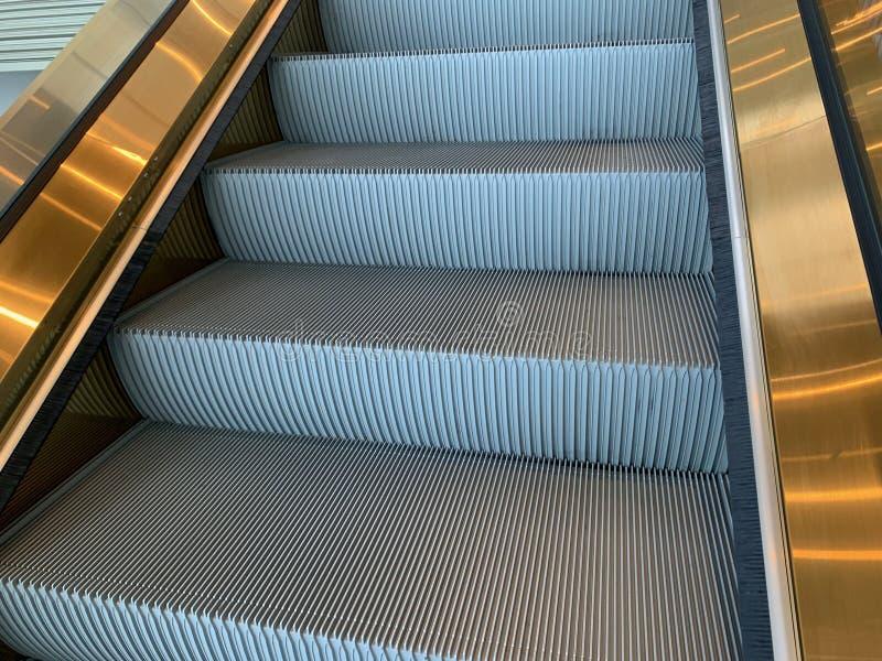 Изображение золотых фото эскалатора, путь фокуса лестницы стоковое изображение rf