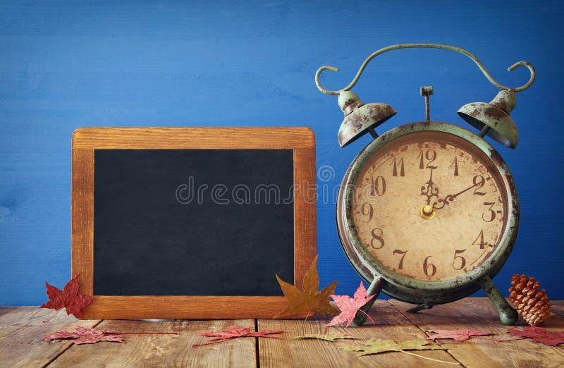 Изображение изменения времени осени Понижается назад концепция стоковая фотография