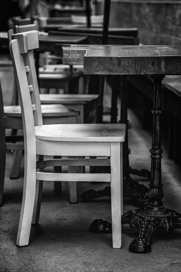 Изображение изящного искусства деревянных стула и таблицы стоковое изображение