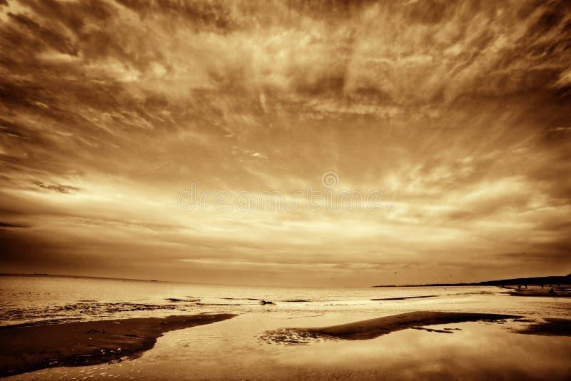 Изображение изящного искусства моря, океана на заходе солнца стоковые фото