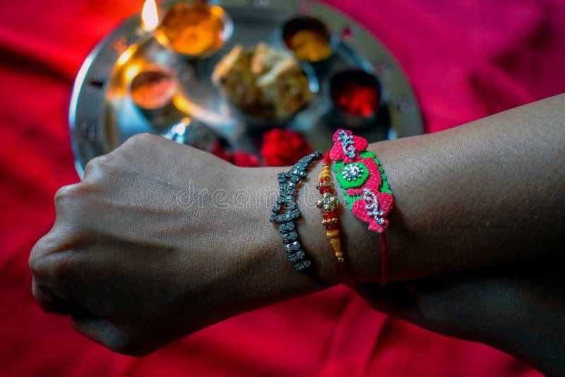 Изображение индийского фестиваля сестры брата браслетов связи стоковое фото rf