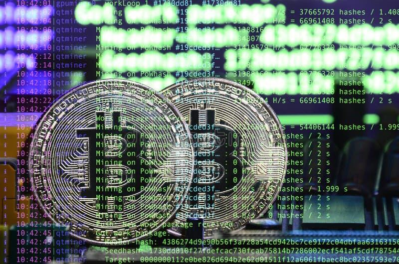 Изображение кода программы показывая процесс минировать секретную валюту на заднем плане изображения с bitcoin стоковое фото rf