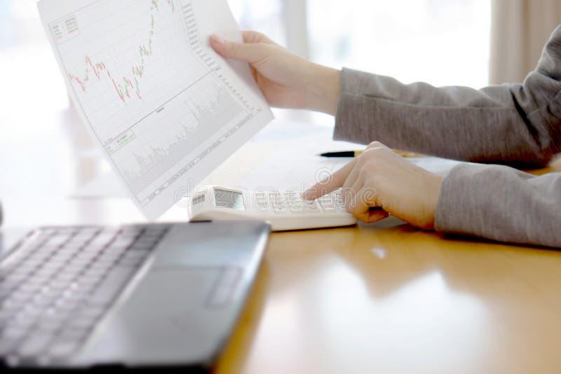Изображение коммерсантки с финансовым отчетом на офисе стоковые изображения
