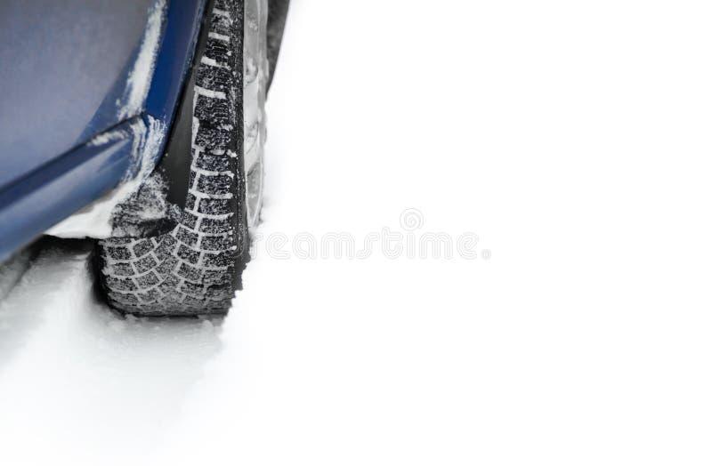Изображение конца-вверх автошины автомобиля зимы на дороге Snowy с космосом для вашего текста Управляйте безопасной концепцией стоковые фотографии rf