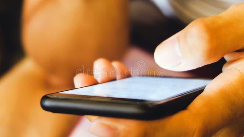 Изображение конца-вверх мужских рук используя smartphone стоковое изображение