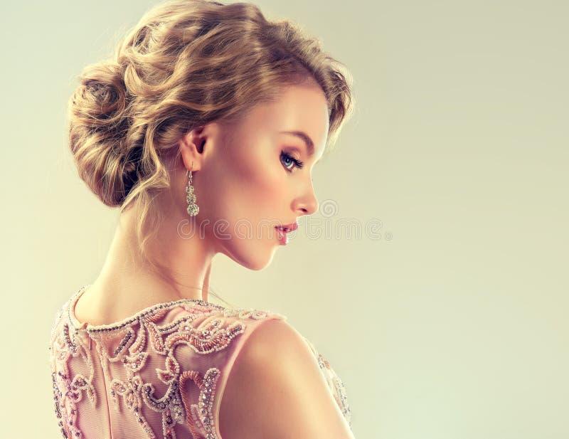 Изображение конца-вверх стиля причёсок свадьбы и вечера стоковое изображение rf