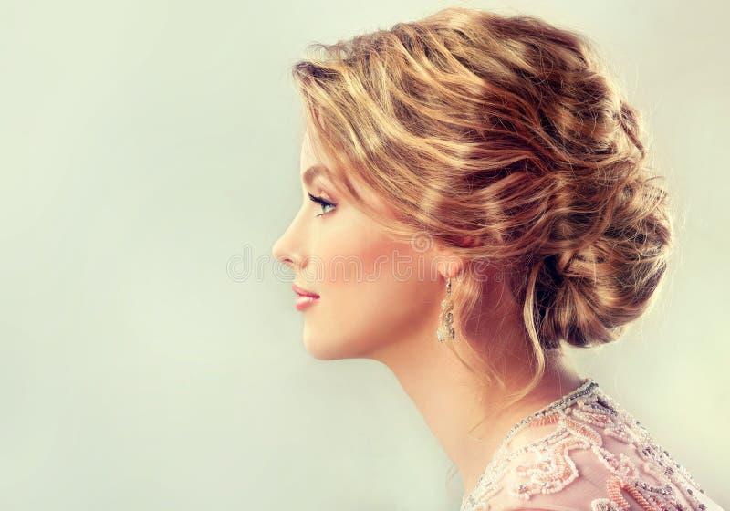 Изображение конца-вверх стиля причёсок свадьбы и вечера стоковые фотографии rf