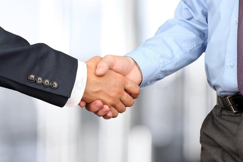 Изображение конца-вверх твердого рукопожатия между 2 коллегами внутри  стоковое фото
