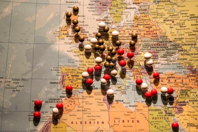 Изображение концепции перемещения карты мира с много pushpins прикалывает Европу и окружающую страну стоковое фото rf
