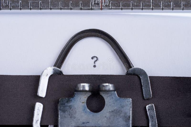 Изображение концепции при вопросительный знак написанный на старой машинке стоковое изображение rf