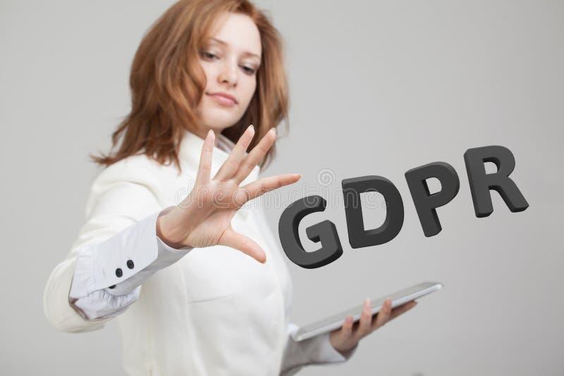Изображение концепции GDPR Общая регулировка защиты данных, защита личных данных Молодая женщина работая с стоковые изображения