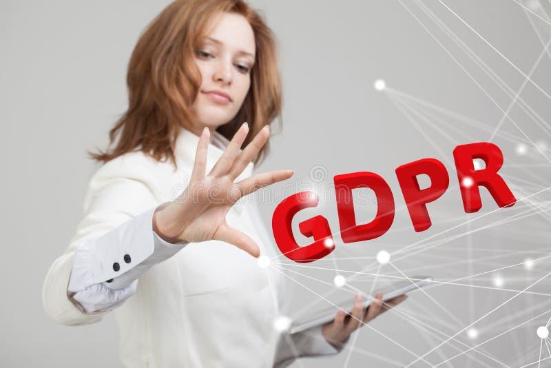 Изображение концепции GDPR Общая регулировка защиты данных, защита личных данных Молодая женщина работая с стоковое фото