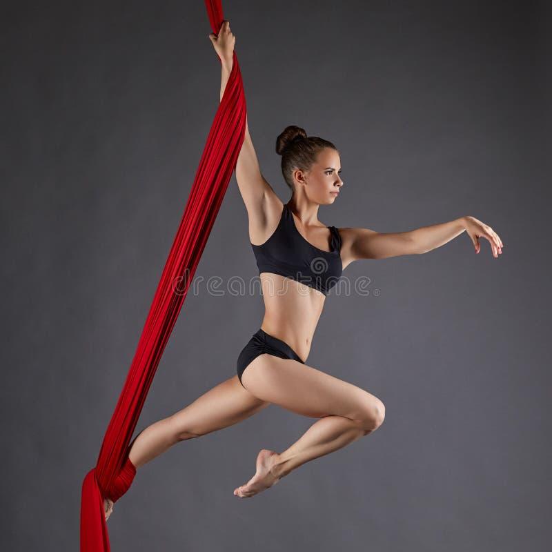 Изображение красивого совершителя танца на воздушных шелках стоковые изображения rf