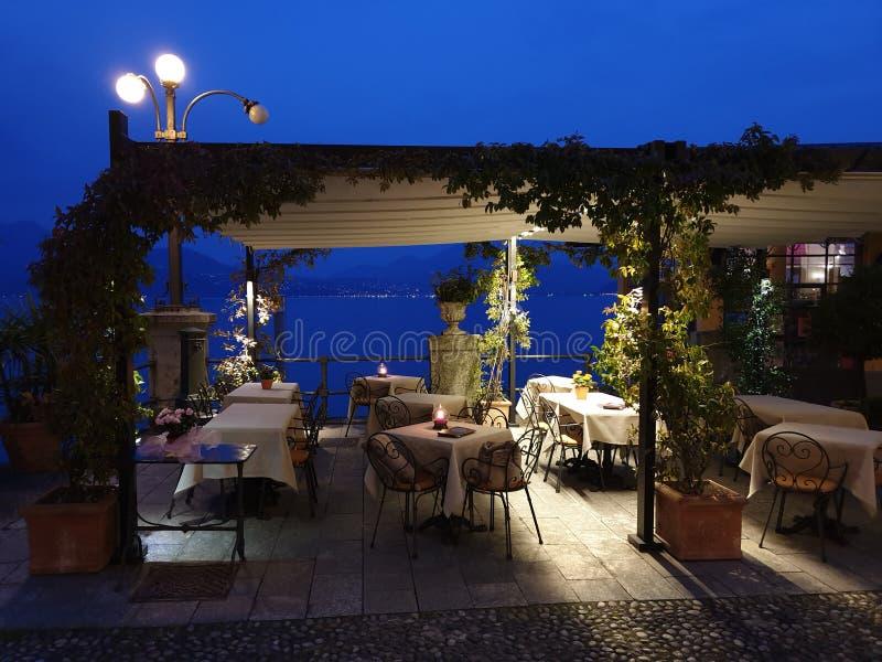 Изображение красивой прогулки с расположением обедающего света свечи в вечере стоковое изображение