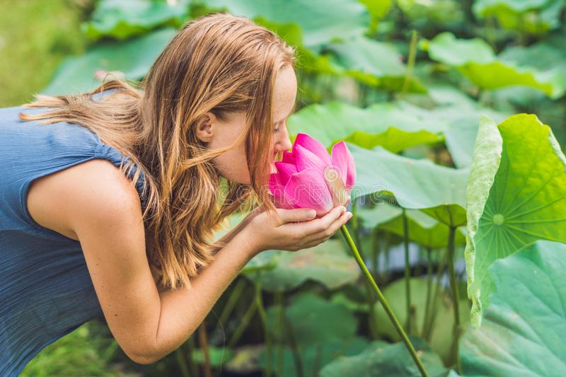 Изображение красивой рыжеволосой женщины с цветком лотоса в руке стоковая фотография